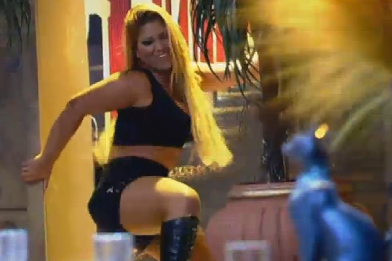 24.jul.2013 - Mulher Filé demonstra toda a sua sensualidade na festa