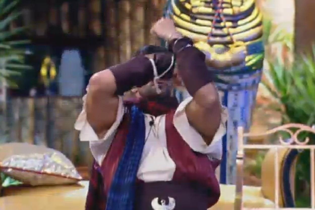 24.jul.2013 - Sempre performático, Marcos Oliver dança animadamente na festa