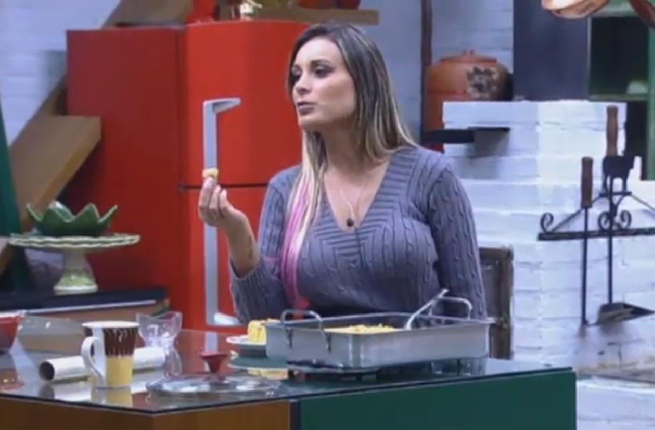 25.jul.2013 - Andressa Urach aproveita bolo de fubá feito por Marcos Oliver