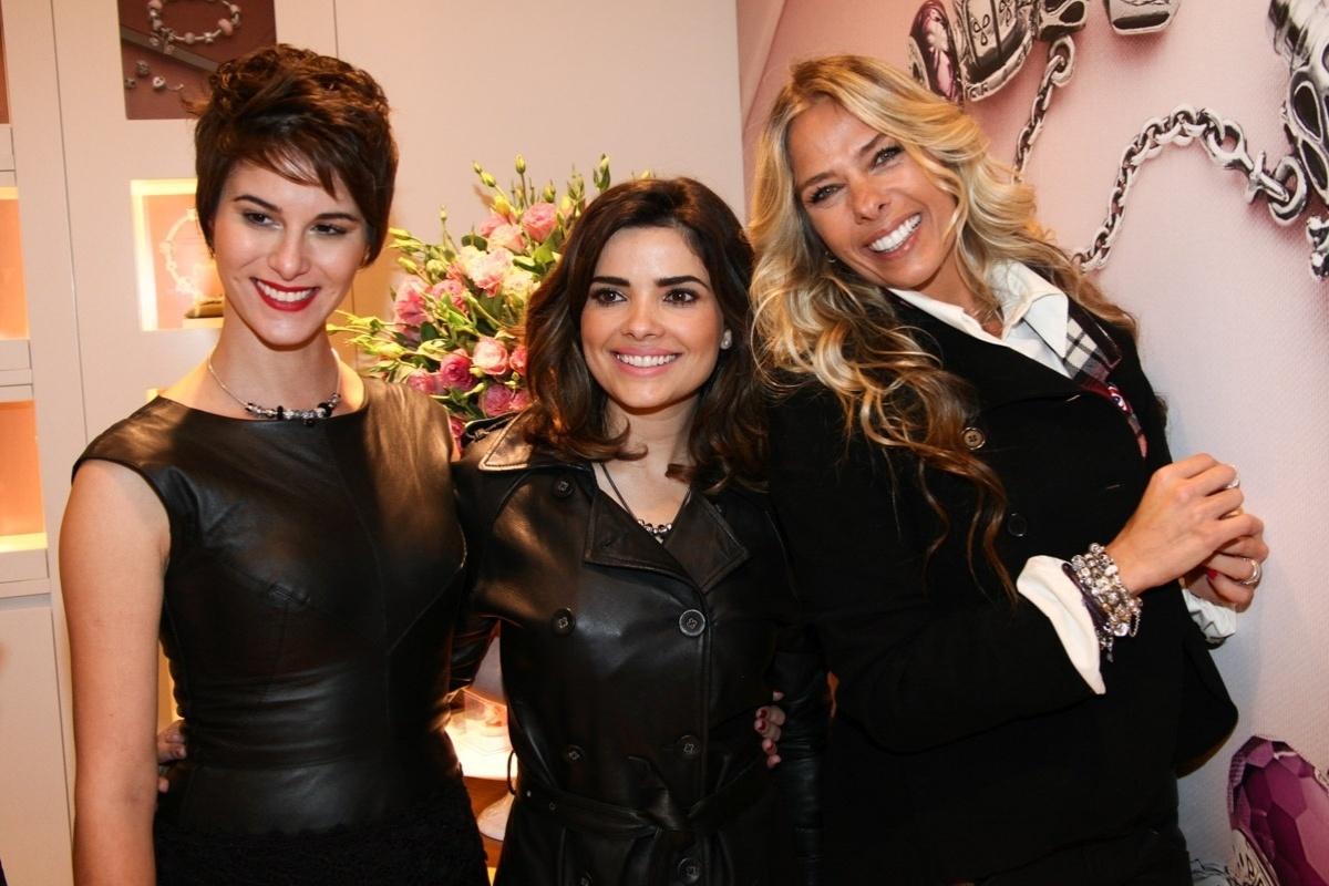25.jul.2013 - As atrizes Dani Moreno e Vanessa Giácomo e a apresentadora Adriane Galisteu prestigiaram a inauguração de uma joalheria em um shopping de São Paulo