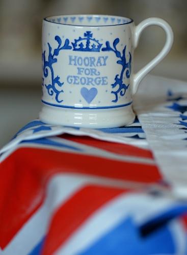 25.jul.2013 - Caneca de cerâmica comemorativa pelo nascimento do príncipe George de Cambridge é exposta na loja Emma Bridgewater   em Hanley, Stoke-on-Trent