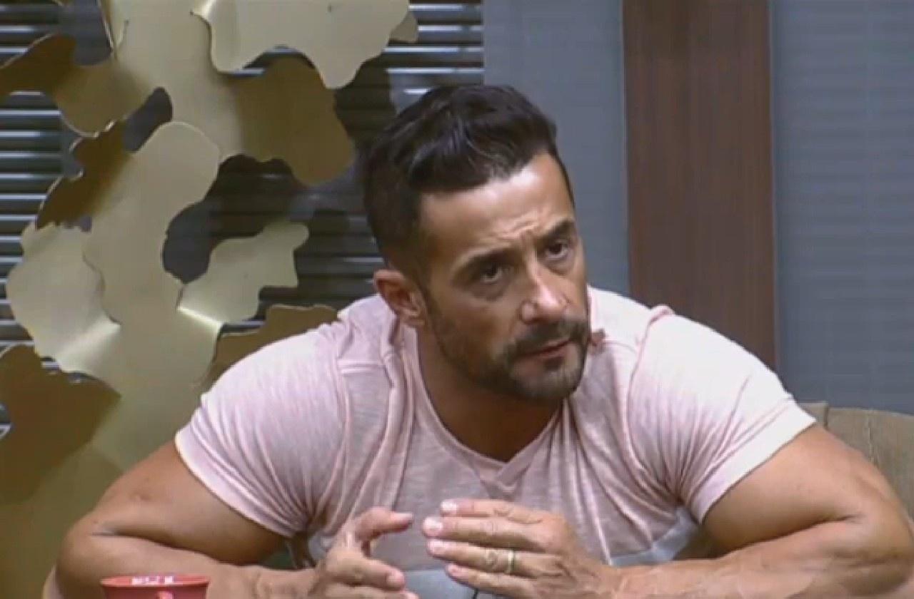 25.jul.2013 - Marcos Oliver ensina receita de bolo de fubá para Andressa Urach e Scheila Carvalho