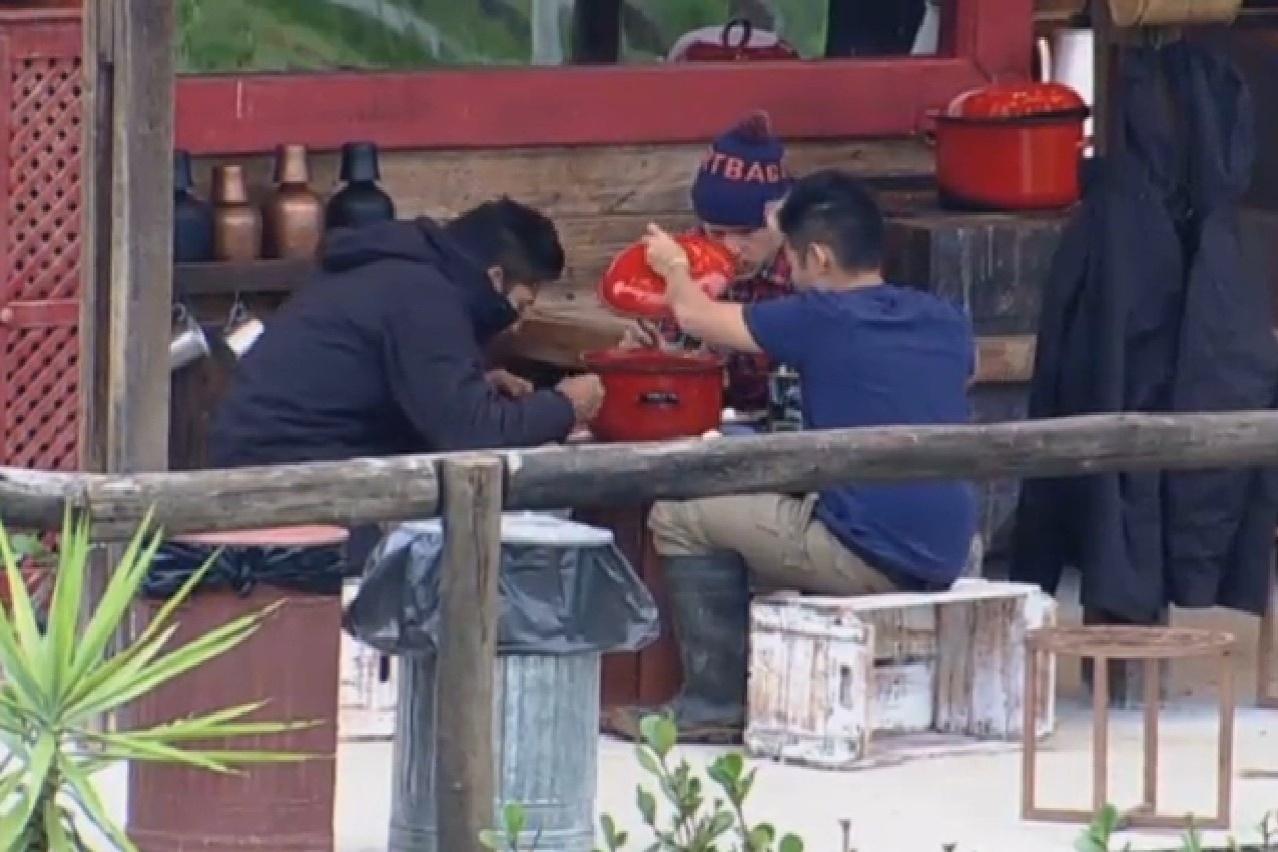 25.jul.2013 - Sem ajuda dos colegas da casa, Yudi, Beto e Mateus almoçam sozinhos no celeiro