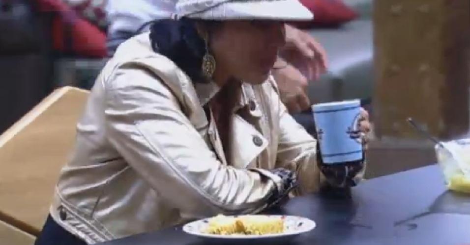 25.jul.2013 - Sem pão por causa de punição, peões fazem lanche da tarde com bolo feito por Marcos Oliver