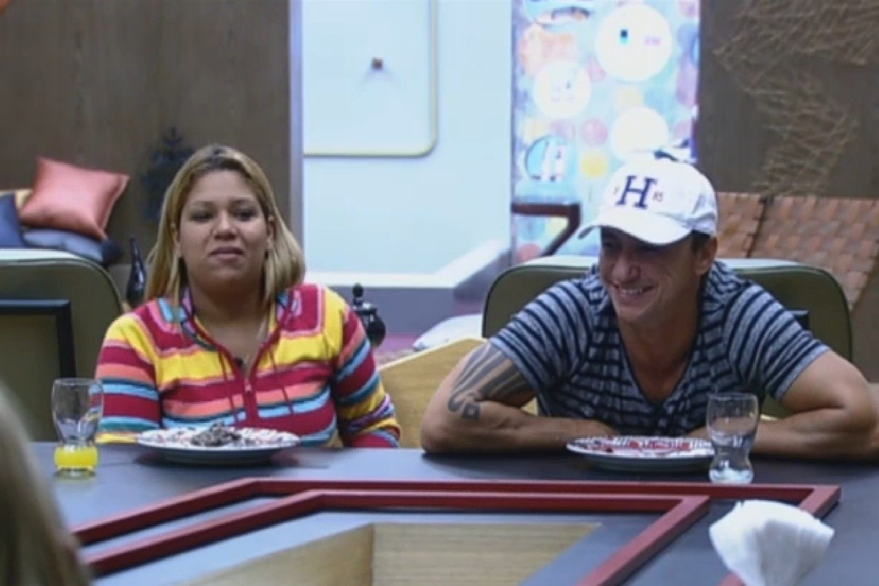25.jul.2013 - Yani e Paulo Nunes se divertem na hora do almoço e lembram festa Egito