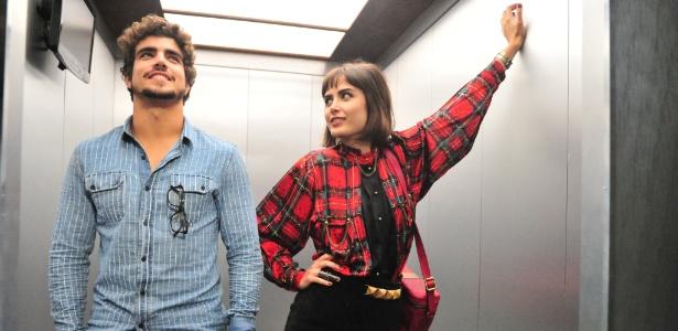 """Michel (Caio Castro) e Patrícia (Maria Casadevall) formam um casal jovem e descolado na novela """"Amor à Vida"""", mas pecam nos looks para ir trabalhar no hospital San Magno - Divulgação/TV Globo"""