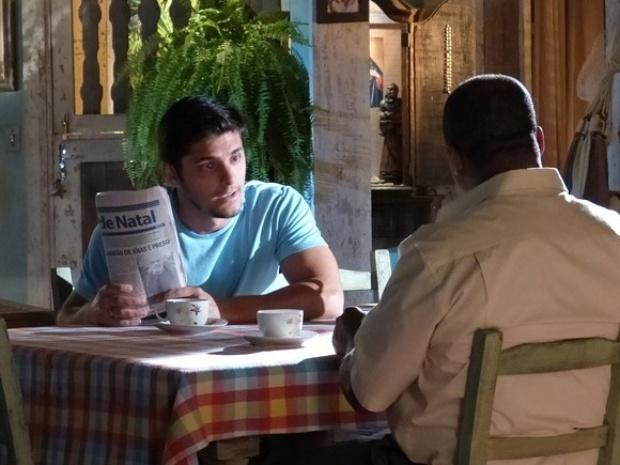"""Em """"Flor do Caribe"""", Juliano reconhece Arruda e desconfia de envolvimento com Hélio"""