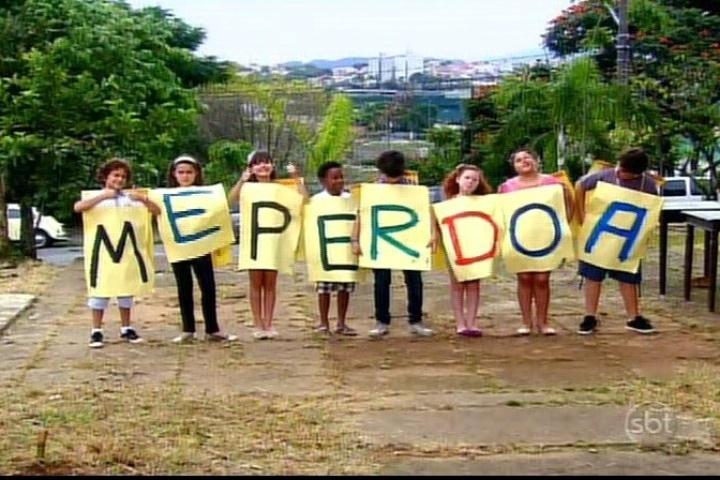 26.jul.2013 - Alunos da escola Mundial ajudam René a se desculpar com a professora Helena no último capítulo de