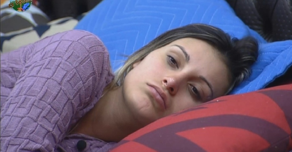 26.jul.2013 - Andressa acorda triste e diz para Scheila que está carente