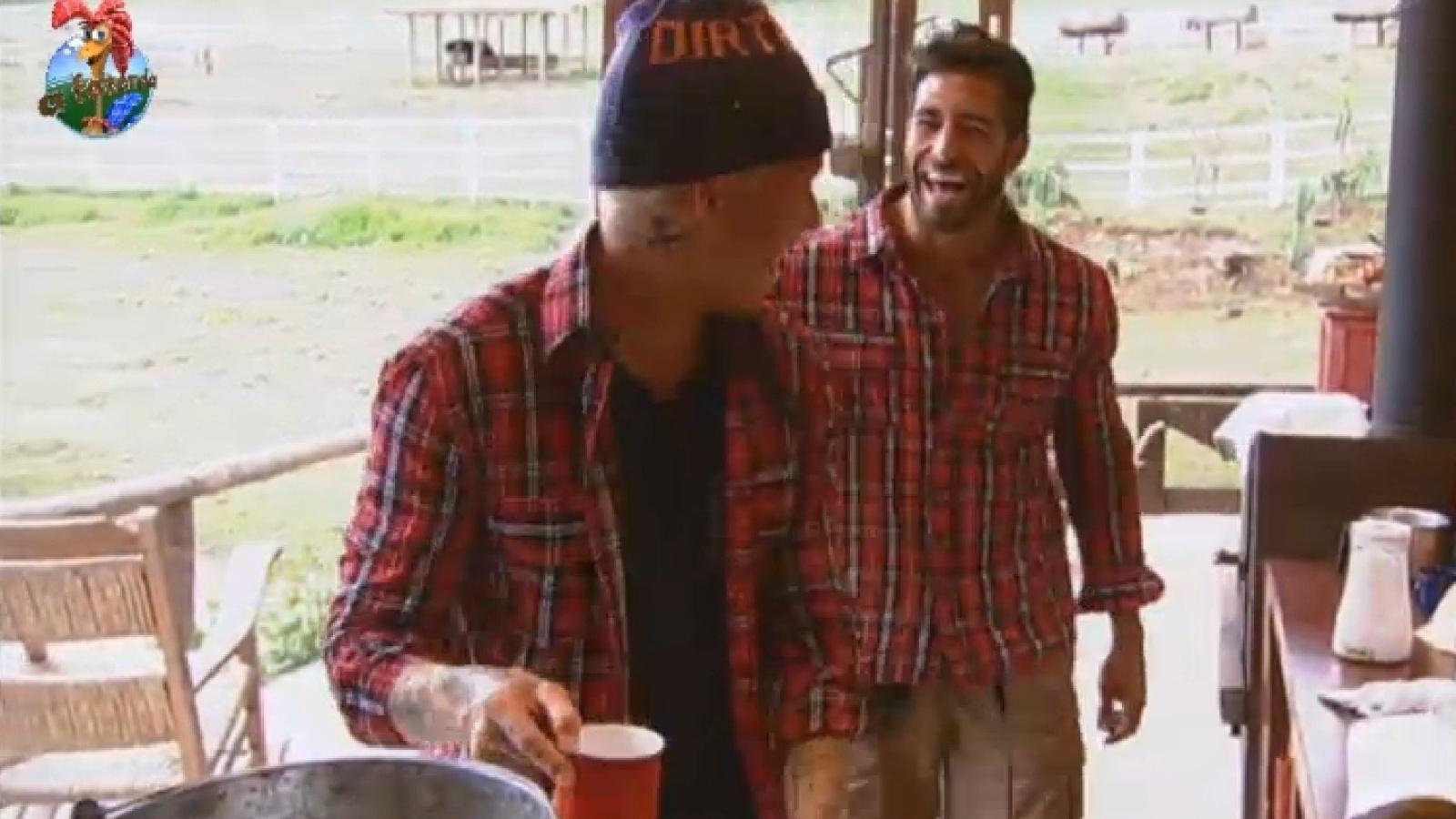 26.jul.2013 - Beto fica feliz ao ver comida preparada por Mateus