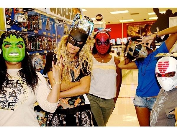 26.jul.2013 - Beyoncé se divertiu com amigos em uma loja de brinquedos. A cantora fez questão de tirar foto vestindo uma máscara do Batman