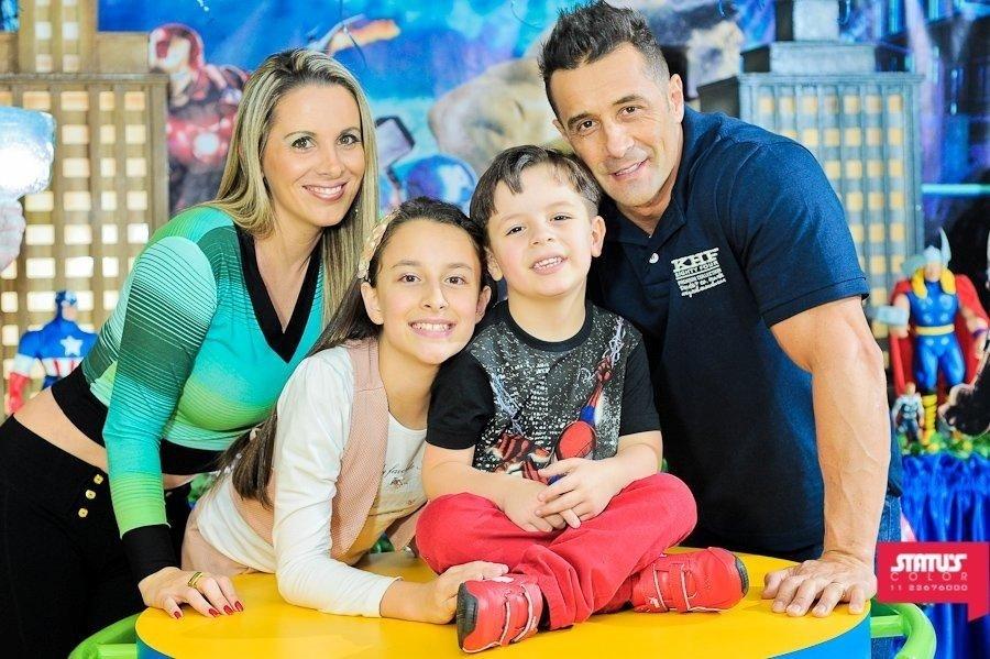 26.jul.2013 - Faby Monarca posa com os filhos, Letícia e Daniel, e o marido, Marcos Oliver