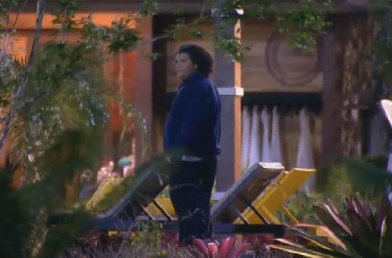 26.jul.2013 - Gominho procura os colegas na brincadeira de pique-esconde, do lado de fora da sede