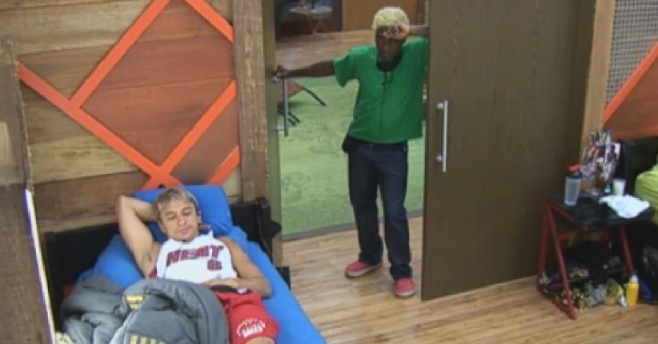 26.jul.2013 - Ivo Meirelles e Paulo Nunes se desentendem durante arrumação da cozinha