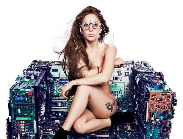 """26.jul.2013 - Lady Gaga divulgou na noite desta sexta a capa de seu novo single, no entando o nome da canção não foi revelada. Na imagem, a cantora aparece nua sentada sob um sofá feito de placas de computador. O novo álbum de Gaga, """"ARTPOP"""", está previsto para ser lançado ainda neste segundo semestre"""