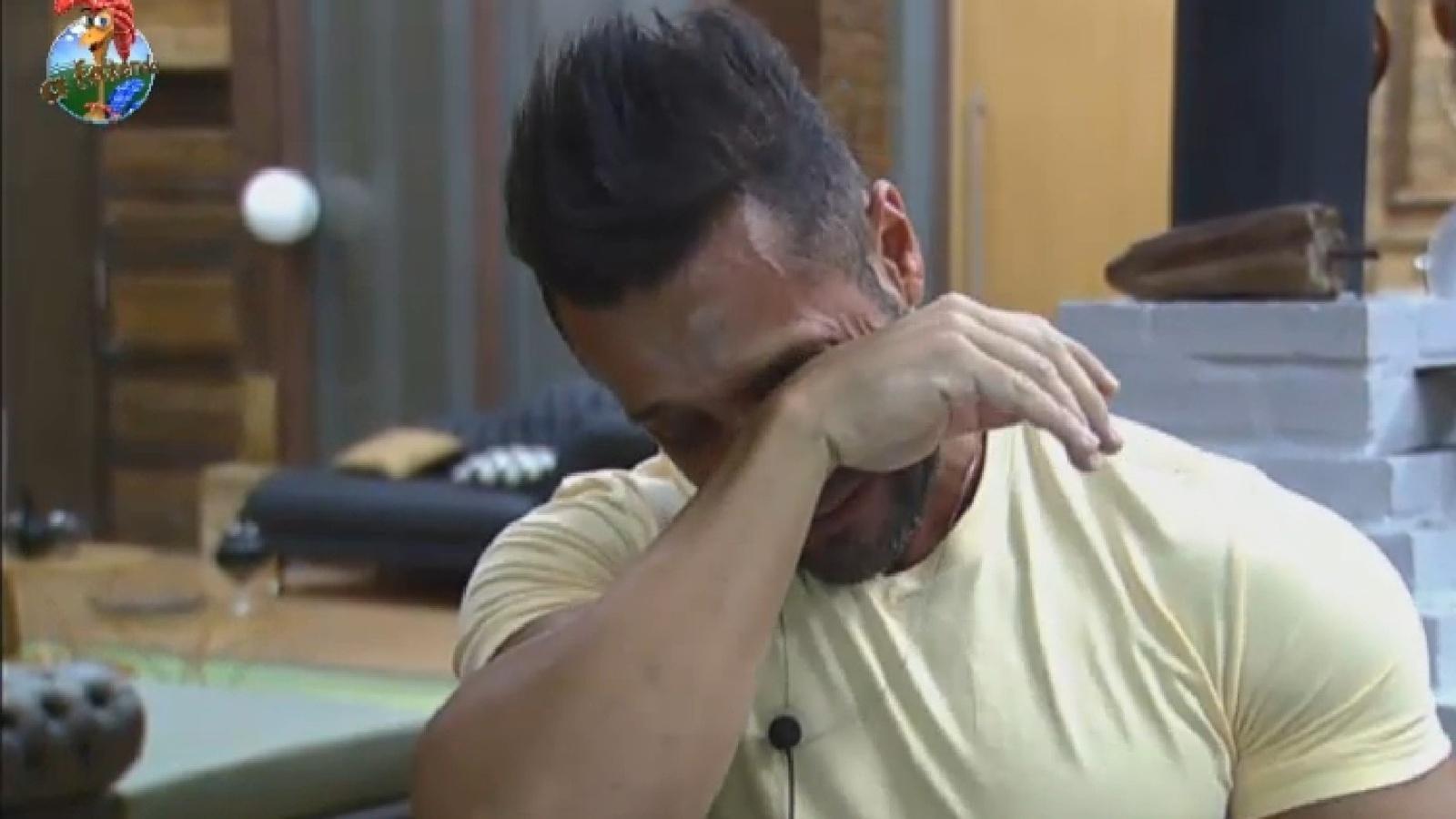 26.jul.2013 - Marcos Oliver chora enquanto prepara bolo de aniversário para a mulher