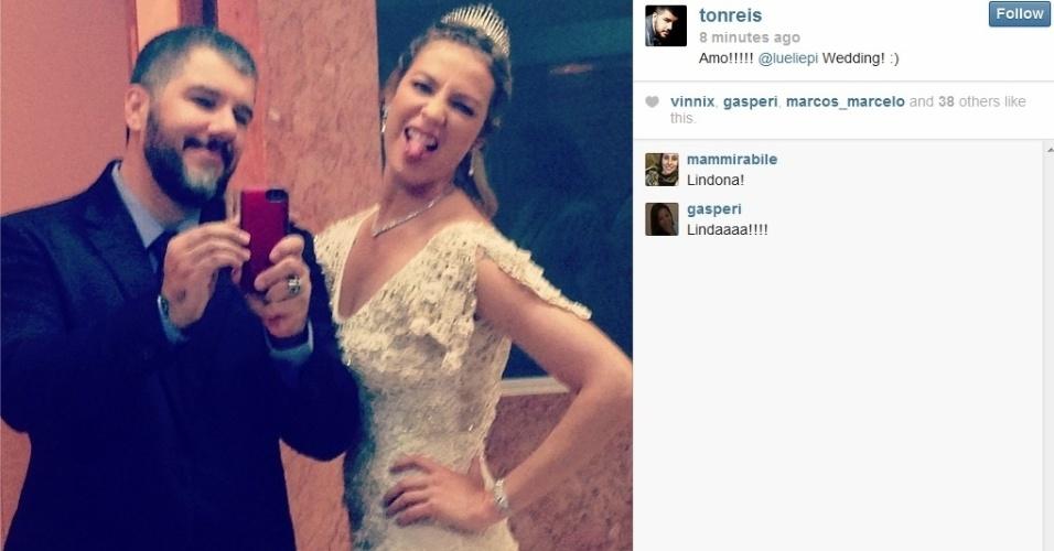 26.jul.2013 - O maquiador Ton Reis divulgou uma imagem de Luana Piovani vestida para seu casamento com Pedro Scooby. Na imagem a atriz aparece usando o vestido de crochê escolhido e uma tiara de princesa