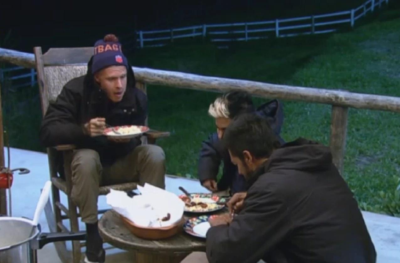 26.jul.2013 - Os peões da equipe Avestruz jantam do lado de fora do celeiro