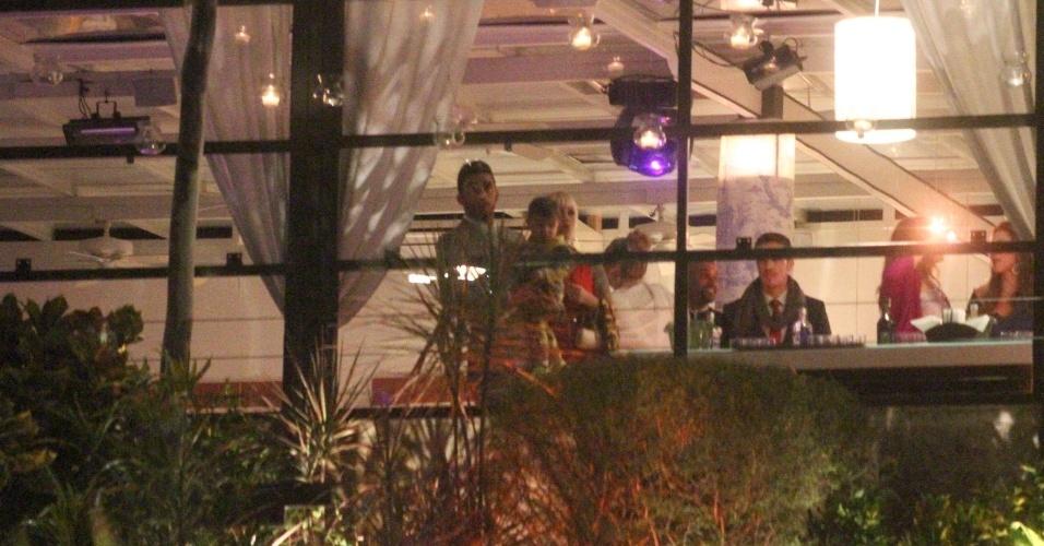 26.jul.2013 - Pedro Scooby segura o filho Dom no colo após cerimônia de casamento com Luana Piovani
