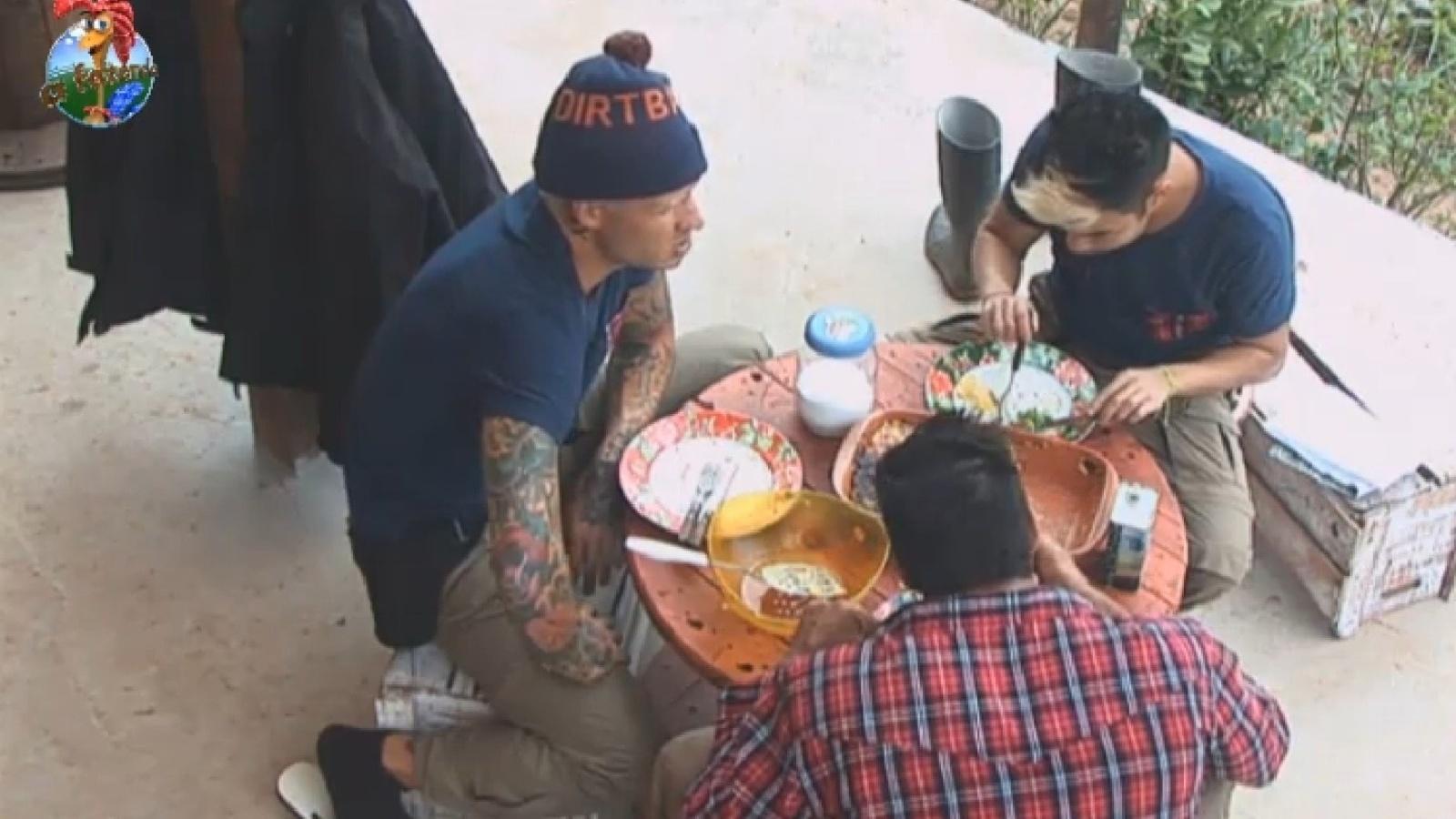 26.jul.2013 - Peões almoçam cedo no celeiro. Mateus preparou prato à base de queijo e mandioca