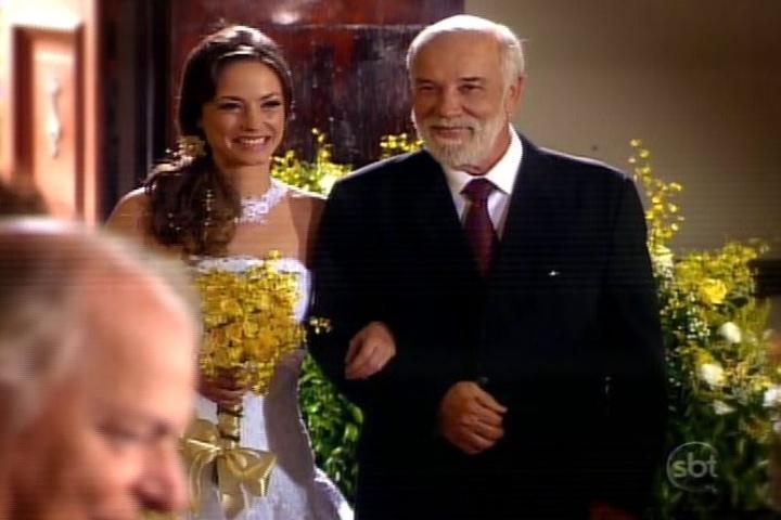 26.jul.2013 - Professora Helena entra na igreja com Firmino para se casar com René no último capítulo de