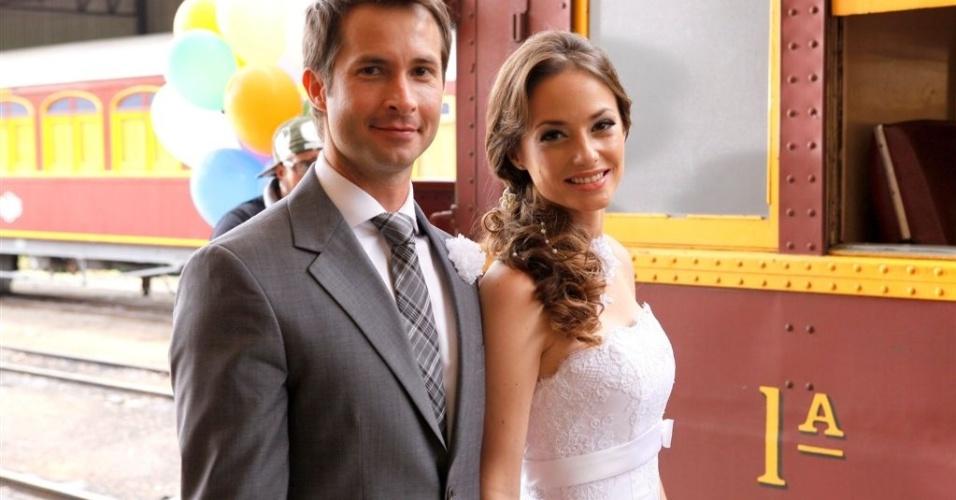 26.jul.2013 - René se casa com professora Helena e partem de trem para lua-de-mel no último capítulo de