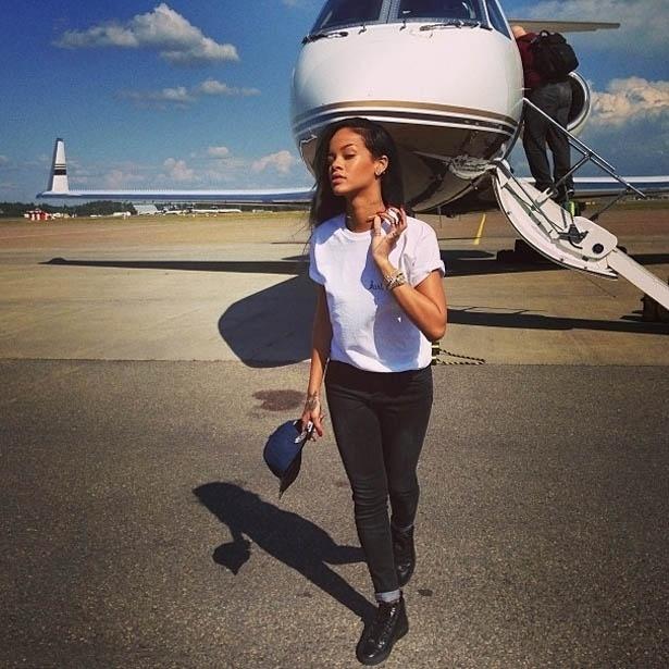 26.jul.2013 - Rihanna posa em frente a avião