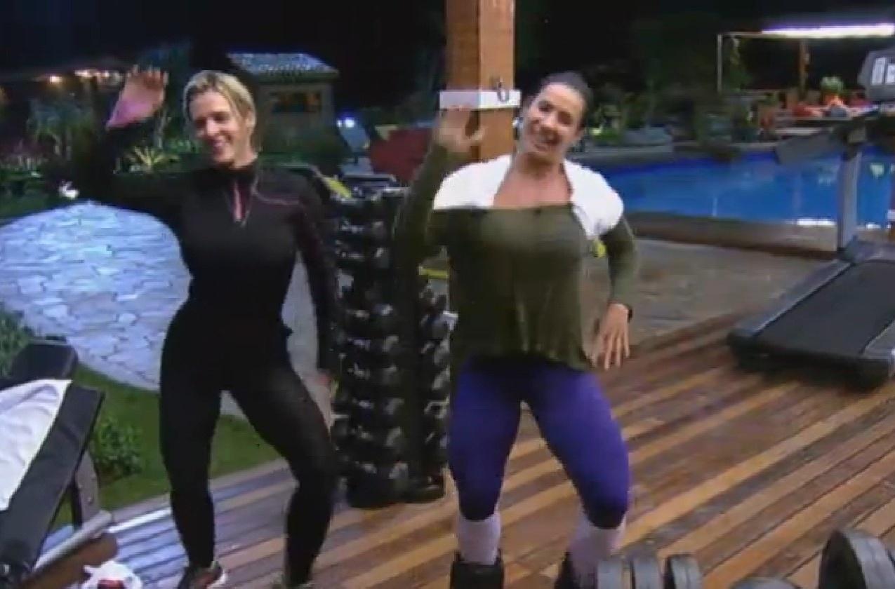 26.jul.2013 - Scheila Carvalho relembra os seus tempos de dançarina e ensina coreografia a Denise