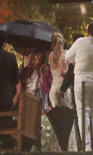 26.jul.2013 - Sob a forte chuva que caiu no Rio, Luana Piovani e Pedro Scooby se casaram em uma casa de festas na zona sul da cidade. A atriz se manteve emocionada durante toda a cerimônia