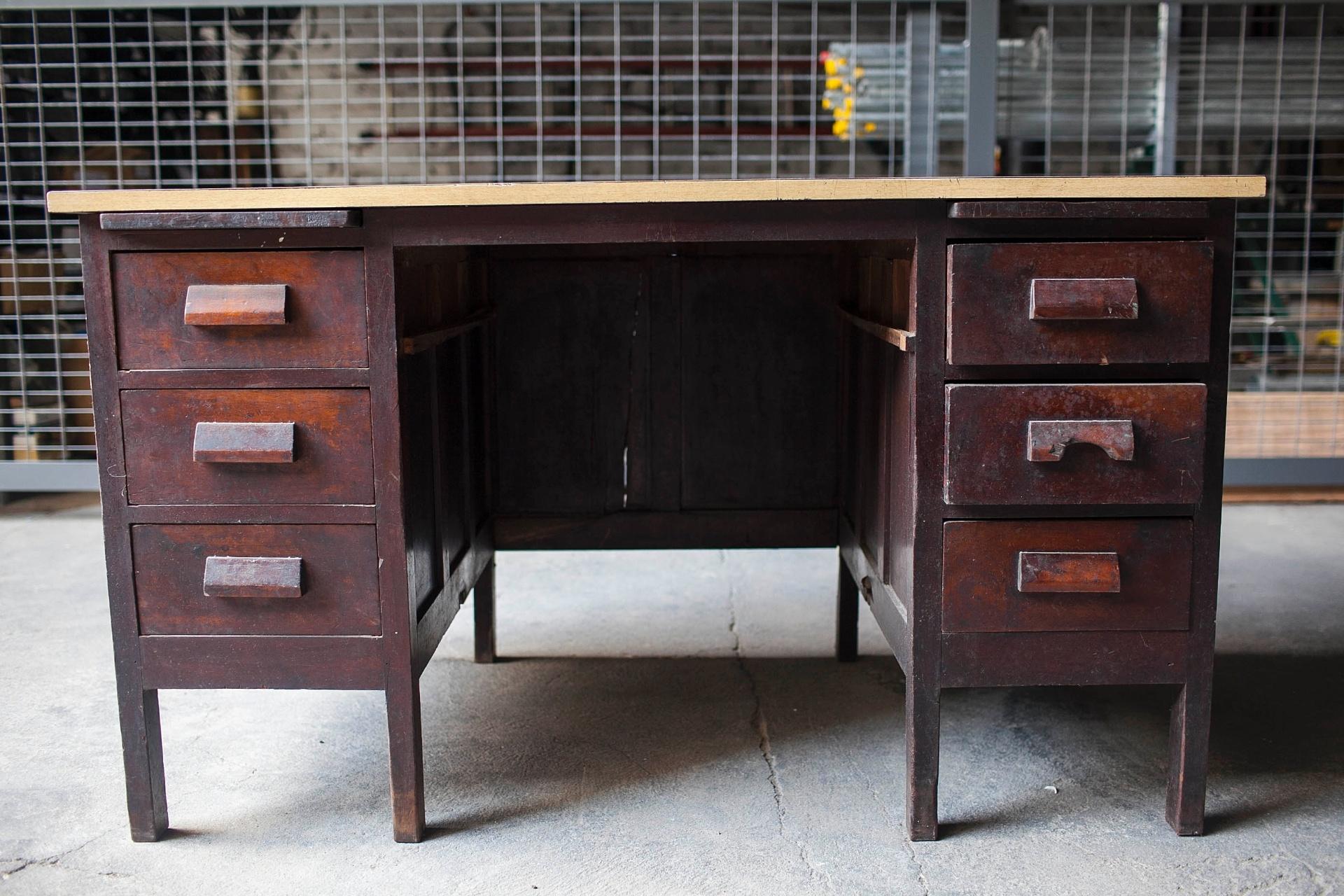 Fotos: Transforme uma escrivaninha antiga em uma cômoda para o quarto  #996D32 1920x1280