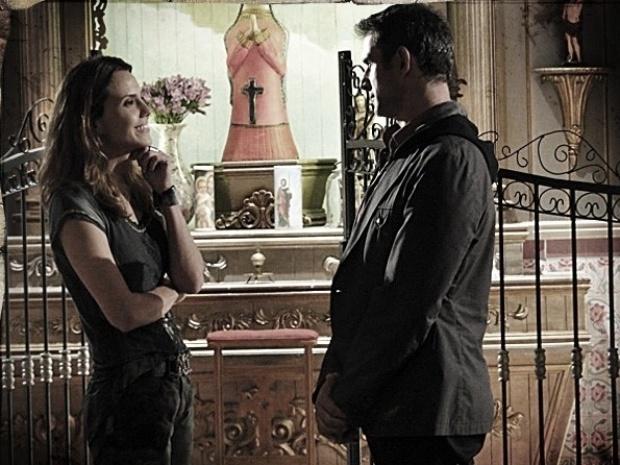 """Em """"Saramandaia"""", Laura consegue prova de que Carlito forjou milagre"""