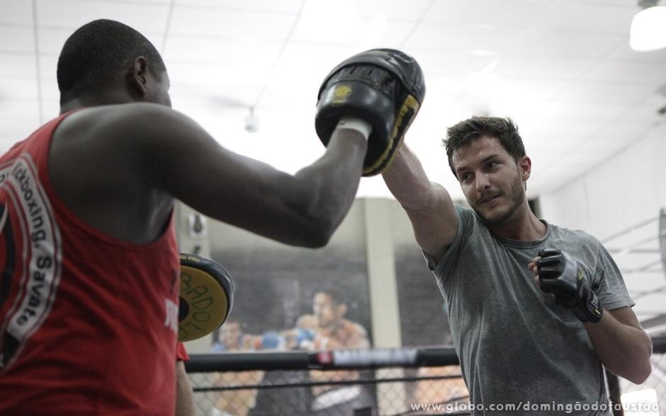 Klebber treina boxe com Edivaldo Badola, professor da modalidade e atual campeão brasileiro