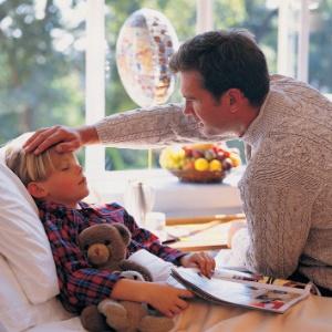 Ainda hoje, colegas e chefes estranham se um homem diz que precisa sair mais cedo para levar o filho que está com febre ao médico - Thinkstock