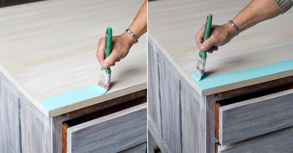Pinte o corpo também em látex na cor desejada, sempre respeitando as recomendações do fabricante e o veio da madeira. Para a pintura, recomenda-se em torno de três demãos