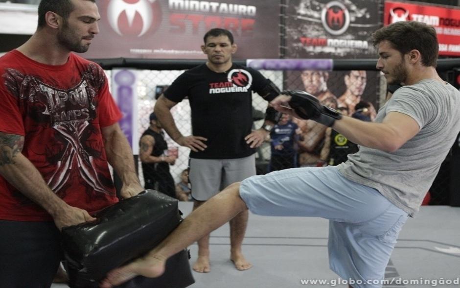 Vinicius Spartan, professor de muay thai e MMA, começa o treino com Klebber