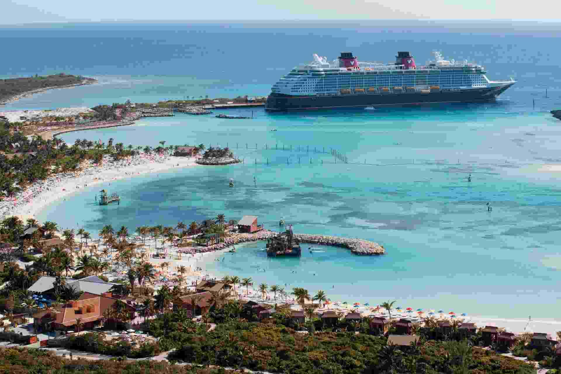 Vista do navio The Disney Dream atracado em Castaway Cay,ilha exclusiva para os passageiros dos cruzeiros da Disney - David Roark/Divulgação