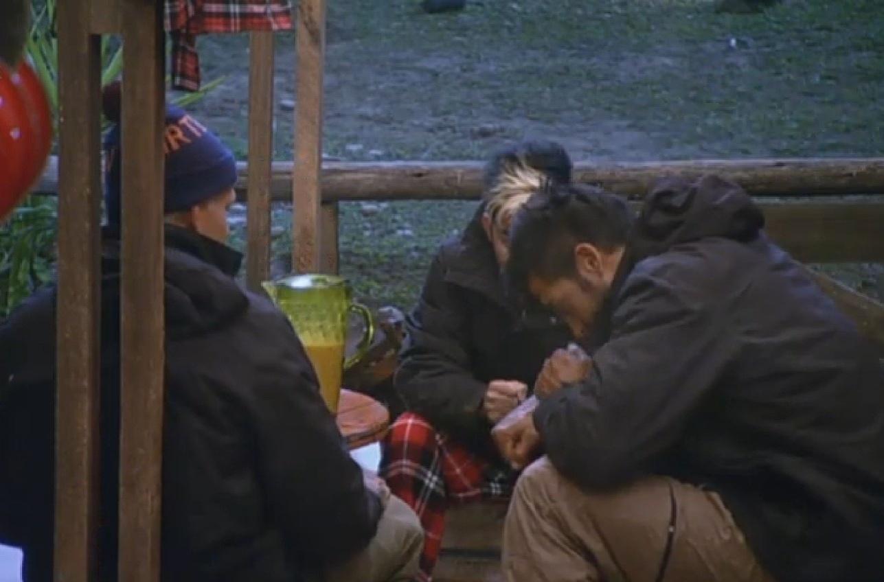 27.jul.2013 - Enquanto aguardam a votação, Mateus, Beto e Yudi passam o tempo com jogos