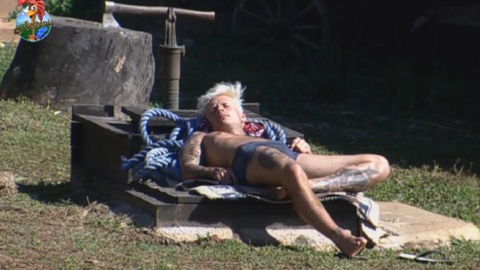 27.jul.2013 - Mateus Verdelho descansa ao sol na tarde deste sábado