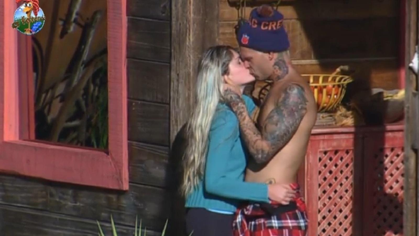 27.jul.2013 - Mateus e Bárbara se beijam no celeiro