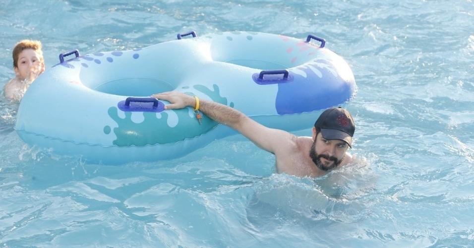 27.jul.2013 -  Murilo Benício brinca com seu filho em piscina de parque aquático em Fortaleza (CE)