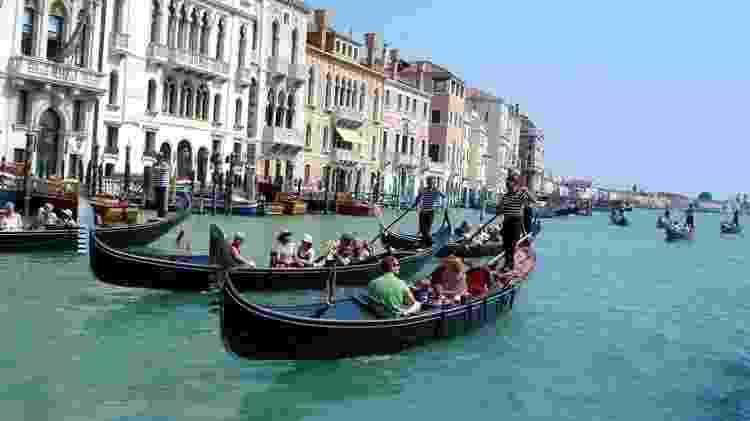 Navegar em uma gôndola é um dos passeios mais tradicionais de Veneza, na Itália  - Leticia Comarela/Intravel Turismo - Leticia Comarela/Intravel Turismo