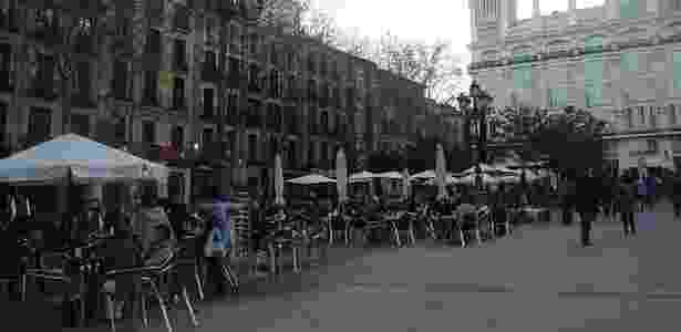 Parte do charmoso bairro de San Blás, a Plaza de Santa Ana está no centro histórico de Madri, abriga inúmeros restaurantes, cafeterias e é ponto de encontro das pessoas aos fins de semana - Fellipe Fernandes/UOL - Fellipe Fernandes/UOL