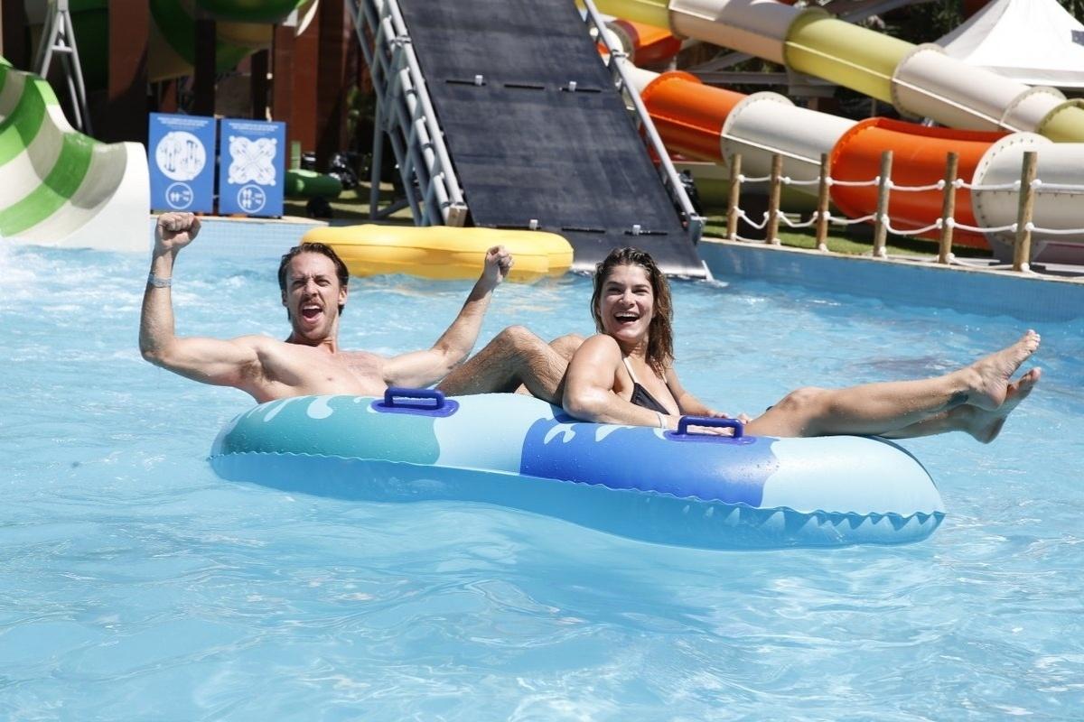 27.jul.2013 - Priscila fantin e o marido renan na piscina