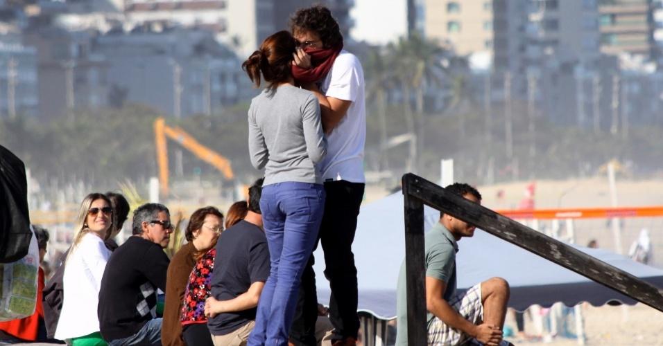 28.jul.2013 - Chandelly Braz e Humberto Carrão aos beijos