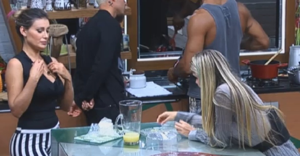 28.jul.2013 - Andressa Urach diz a Bárbara Evans que não esperava que Scheila Carvalho