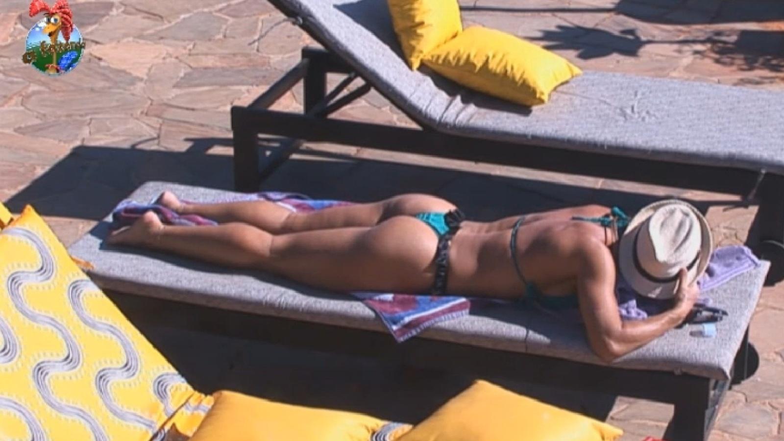 28.jul.2013 - Scheila Carvalho exibe a boa forma na beira da piscina