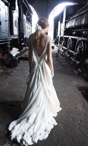 Vestido em cetim e seda texturizada, da Emanuelle Junqueira; por R$ 12.800