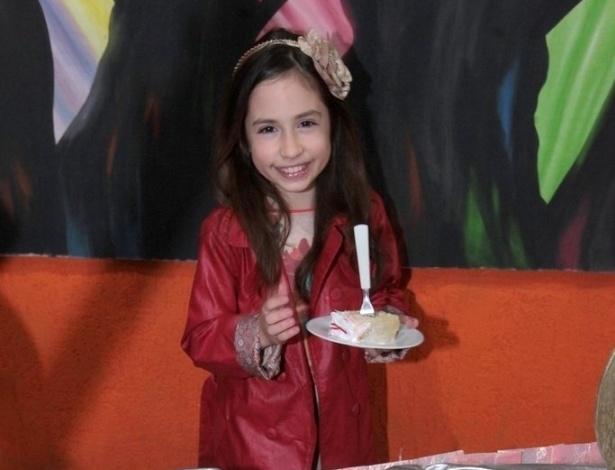 """28.jul.2013 - A aniversariante Bianca Paiva, a Lúcia de """"Chiquititas"""", corta o primeiro pedaço de bolo durante sua festa de aniversário em uma casa de festas em São Paulo"""
