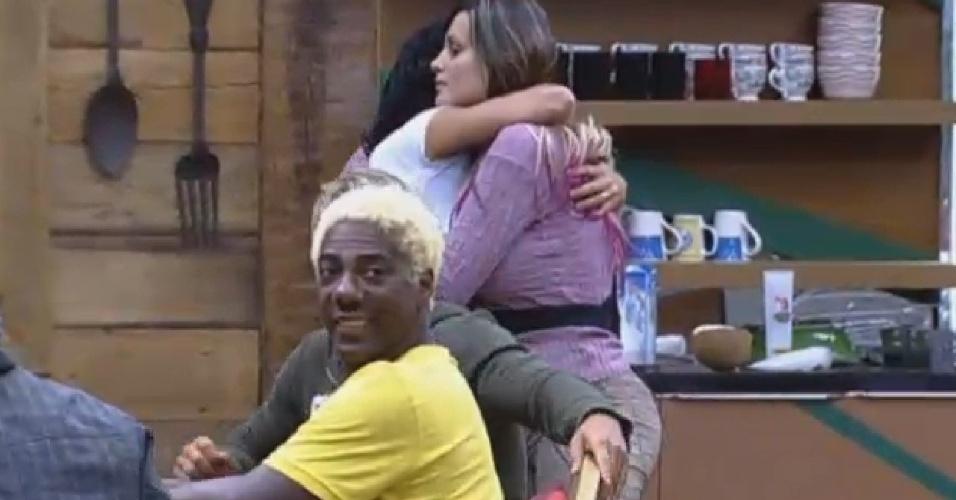 28.jul.2013 - Após Denise e Andressa fazerem as pazes, Scheila dá uma abraço na vice-Miss Bumbum na cozinha