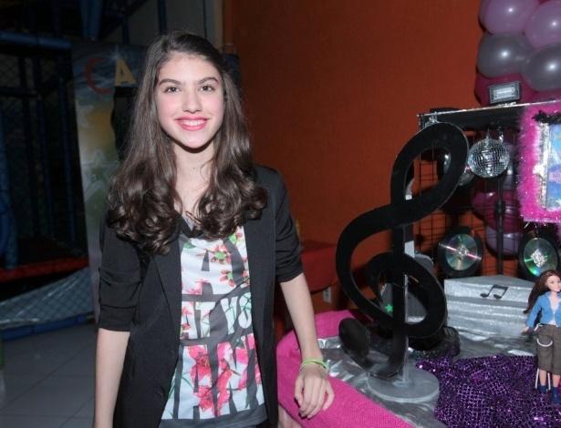 """28.jul.2013 - Giovana Grigio, a Mili de """"Chiquititas"""", vai à festa de aniversário da amiga Bianca Paiva, que faz a Lúcia na trama, em uma casa de festas em São Paulo"""